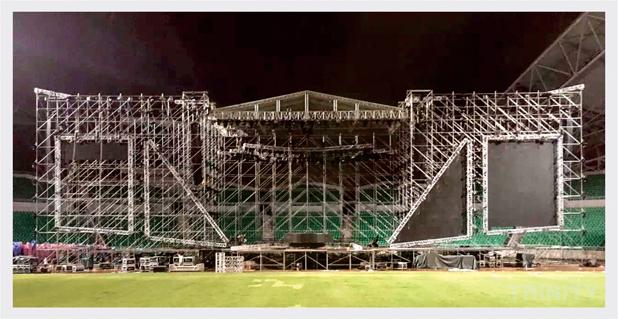 """星光熠熠的奇迹广州演唱会来势凶猛,歌手以不同音乐风格和独特的表演形式为现场歌迷带来惊喜。作为专业的演唱会制作团队--三域科技团队统筹此次""""奇迹广州""""的硬体结构、灯光工程、视频、音响以及舞台的制作,为演出提供了完善的问题解决方案和一流的服务。此次为""""奇迹广州""""搭建的顶棚系统为TD-ST-ROOF 24M x12M(金字塔顶棚系统),螺栓桁架TD-BC40S(400x 400mm)为灯架,顶棚左右与背面力压架总尺寸为深17."""